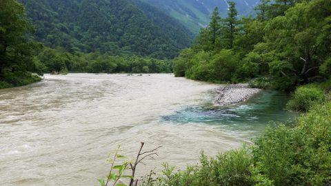 梓川と合流する清水川