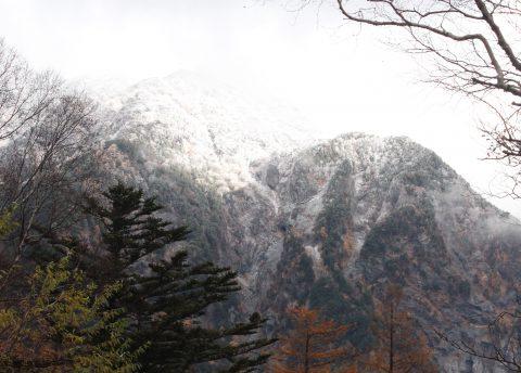 明神岳に積もった雪