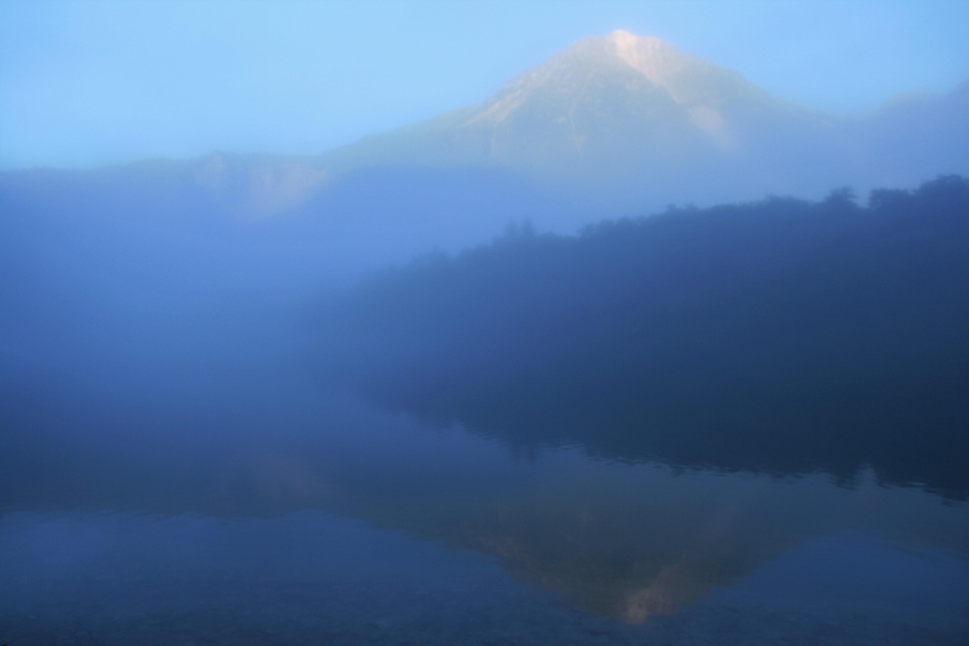 朝もやに包まれた焼岳