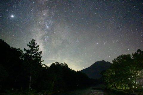 上高地の焼岳と共に見る星空