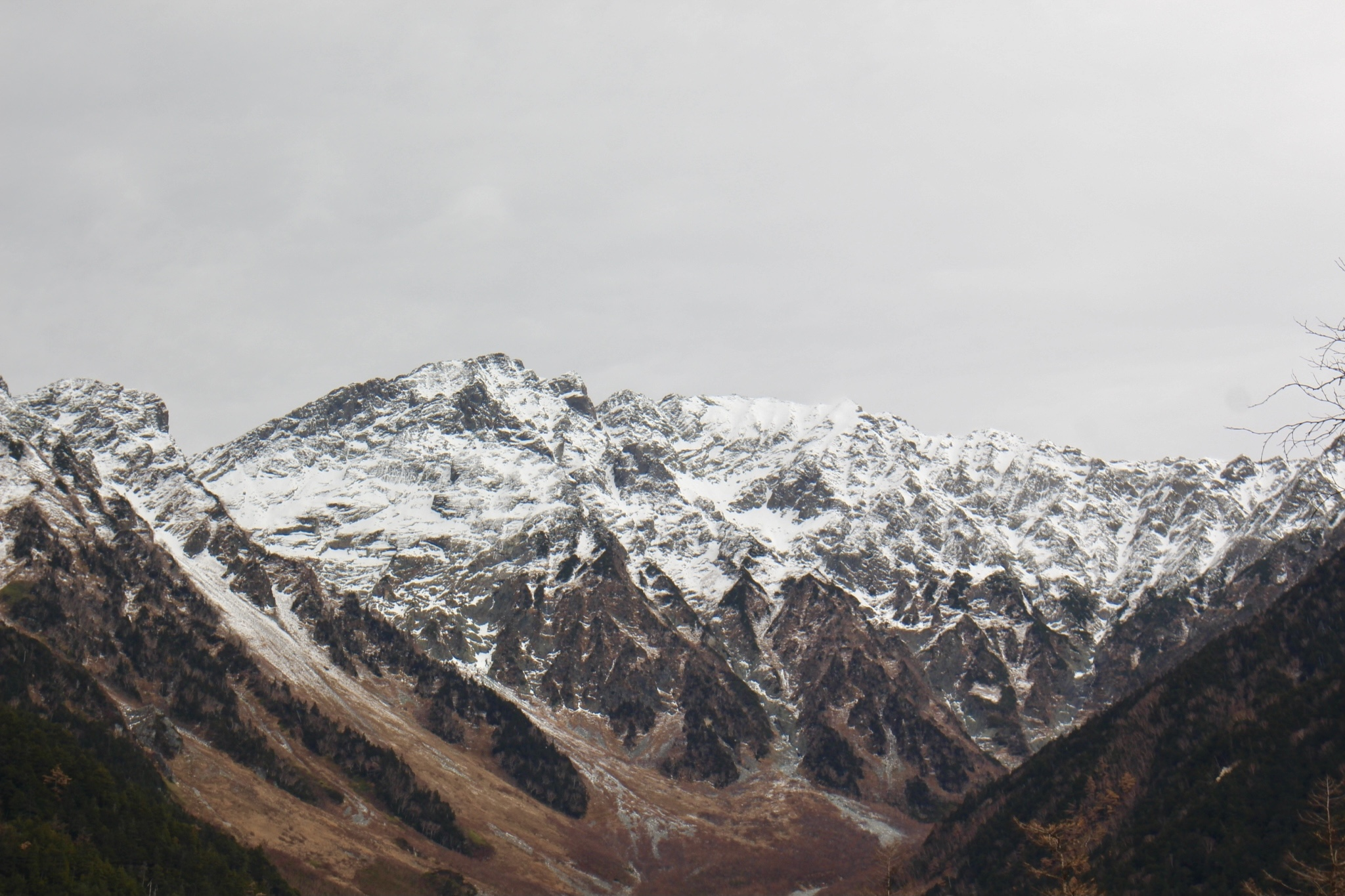 雪の積もった穂高連峰
