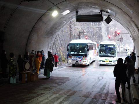 バスの開通式