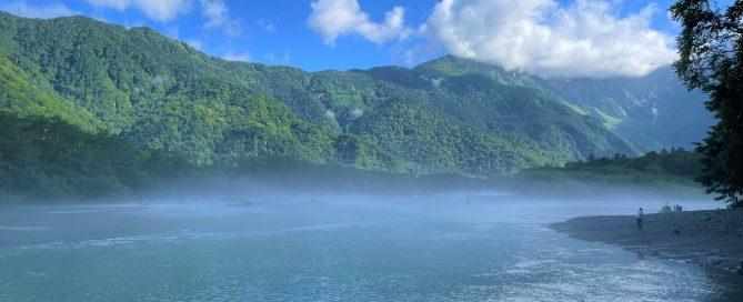 ネイチャーガイドおすすめ雨上がりの上高地の朝もや漂う大正池