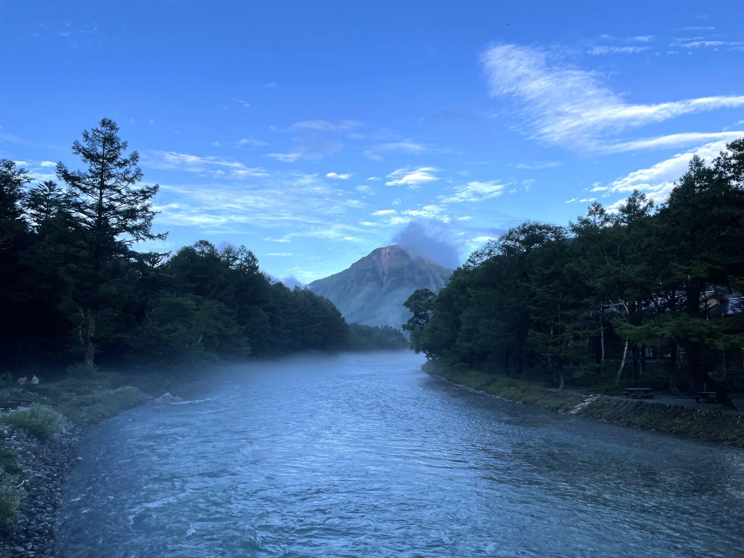 ネイチャーガイドおすすめの景色:秋深まる上高地の梓川と焼岳