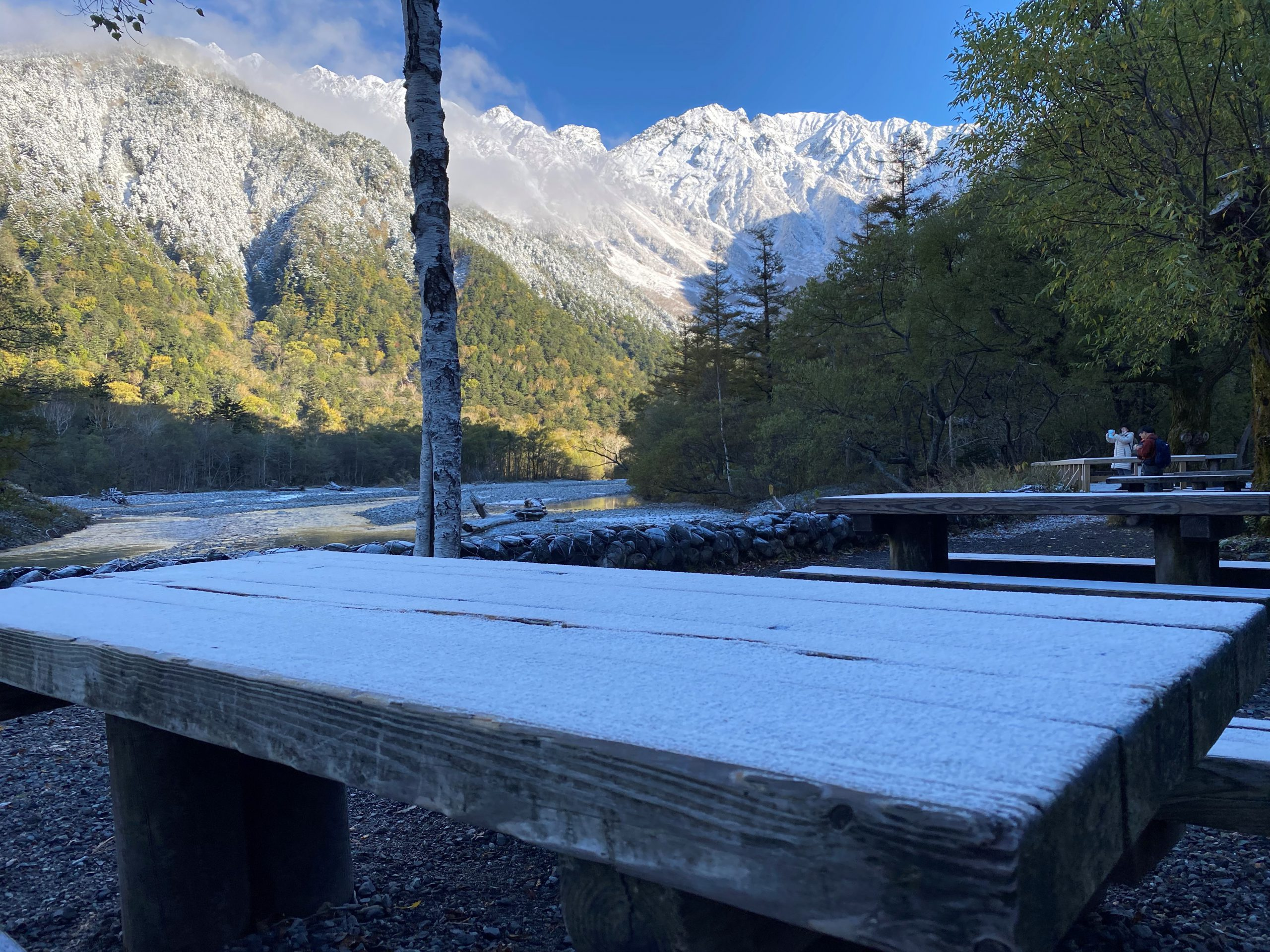10月下旬、初雪の上高地から眺める冠雪した穂高連峰